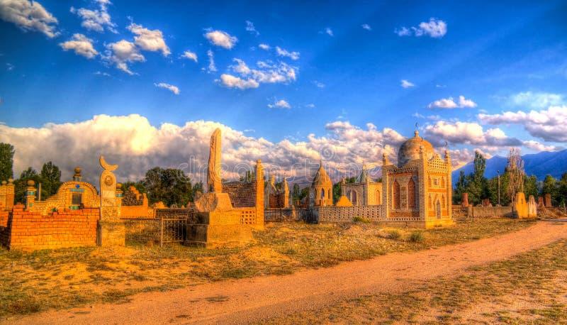 对回教公墓Semiz贝耳的全景视图在Kochkor在纳伦,吉尔吉斯斯坦 免版税库存图片