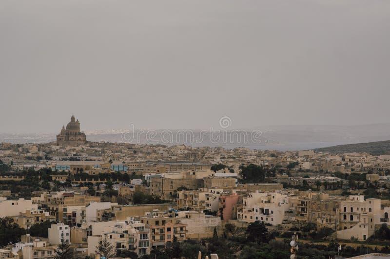 对圆形建筑的圣约翰浸礼会教友的看法从奇塔代拉在维多利亚,马耳他 免版税库存图片