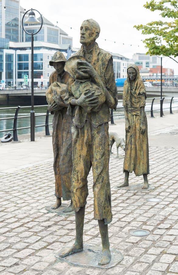 对土豆饥荒的纪念碑在沿着利菲河的爱尔兰在都伯林 免版税库存图片
