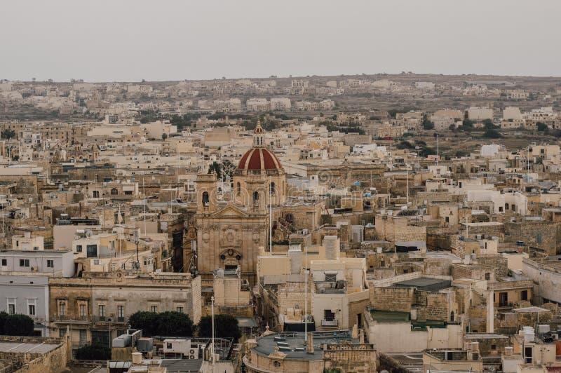 对圣乔治的大教堂的看法从奇塔代拉在维多利亚,马耳他 库存图片