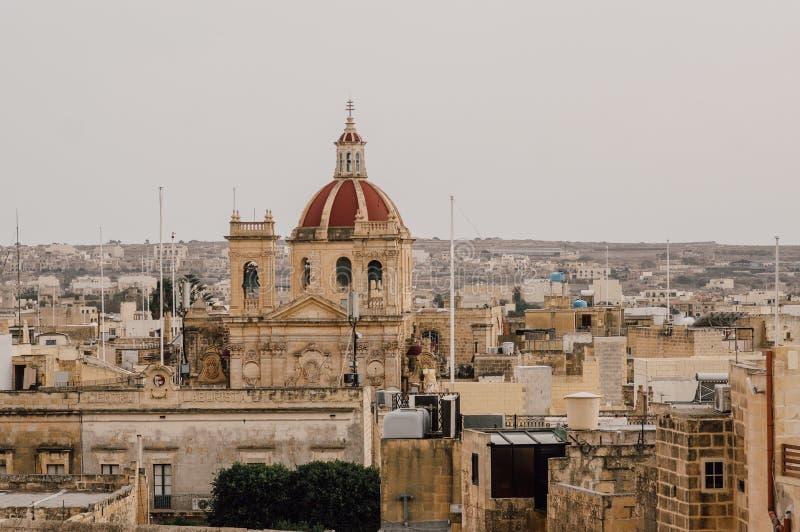 对圣乔治的大教堂的看法从奇塔代拉在维多利亚,马耳他 库存照片