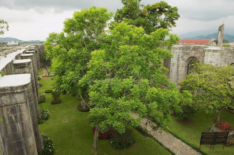 对圣地亚哥Apostol大教堂废墟的内在围场的看法在卡塔戈,哥斯达黎加 免版税图库摄影