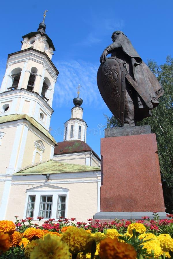 对圣尼古拉斯亚历山大・涅夫斯基和教会的纪念碑在弗拉基米尔市,俄罗斯 库存照片
