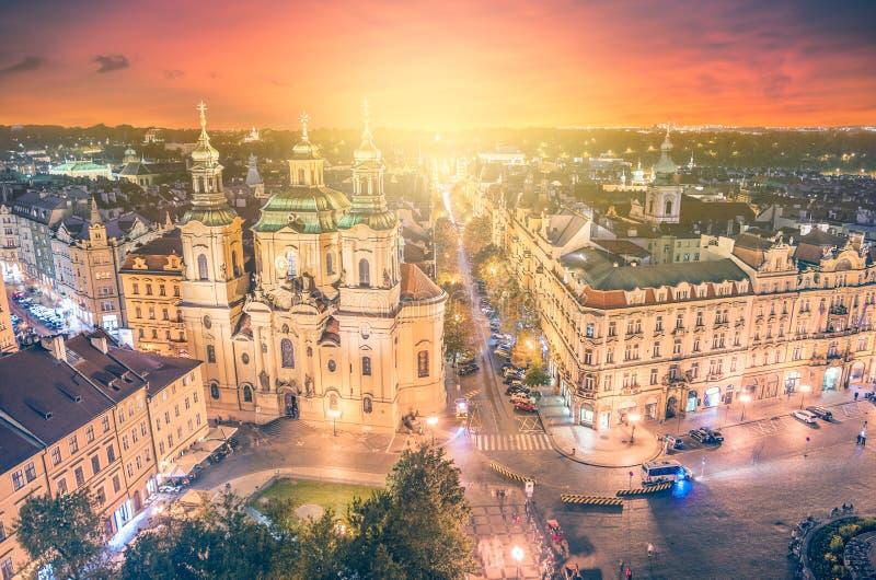 对圣尼古拉斯教会的全景有美好的日落的老镇中心的在布拉格 免版税图库摄影