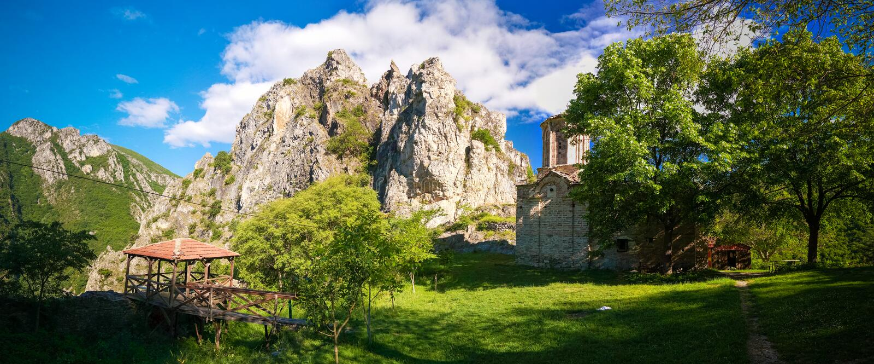 对圣尼古拉Shishevski修道院的外视图在马特卡峡谷,北部马其顿上的山的 免版税库存图片