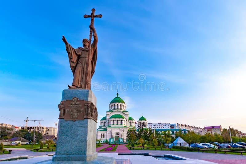 对圣徒弗拉基米尔的纪念碑浸礼会教友和弗拉基米尔大教堂,阿斯特拉罕,俄罗斯 免版税库存图片