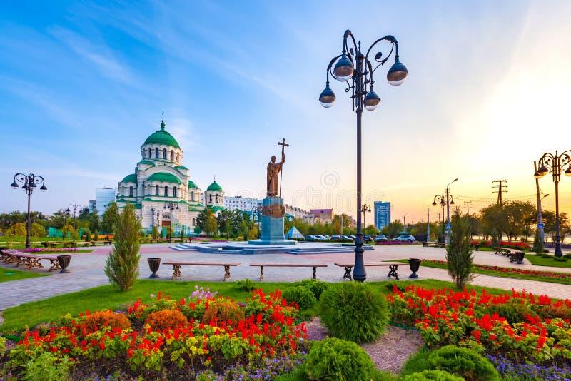 对圣徒弗拉基米尔的纪念碑浸礼会教友和弗拉基米尔大教堂,阿斯特拉罕,俄罗斯 库存照片