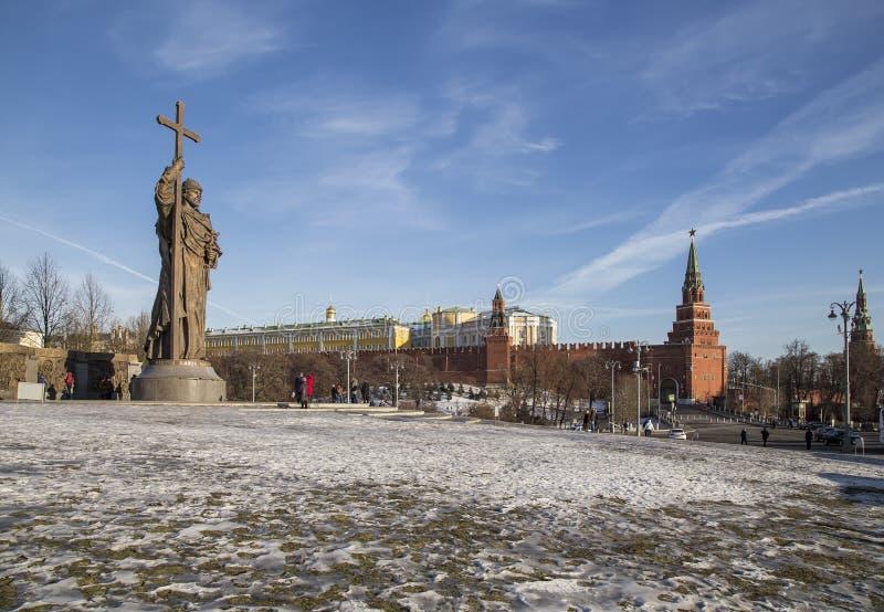 对圣洁王子弗拉基米尔一世・斯维亚托斯拉维奇的纪念碑Borovitskaya广场的在克里姆林宫附近的莫斯科,俄罗斯 免版税图库摄影