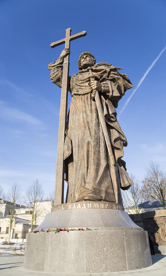 对圣洁王子弗拉基米尔一世・斯维亚托斯拉维奇的纪念碑Borovitskaya广场的在克里姆林宫附近的莫斯科,俄罗斯 免版税库存图片