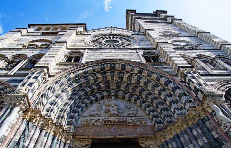 对圣洛伦佐大教堂的入口,在热那亚,复活节的意大利2019年 免版税库存图片