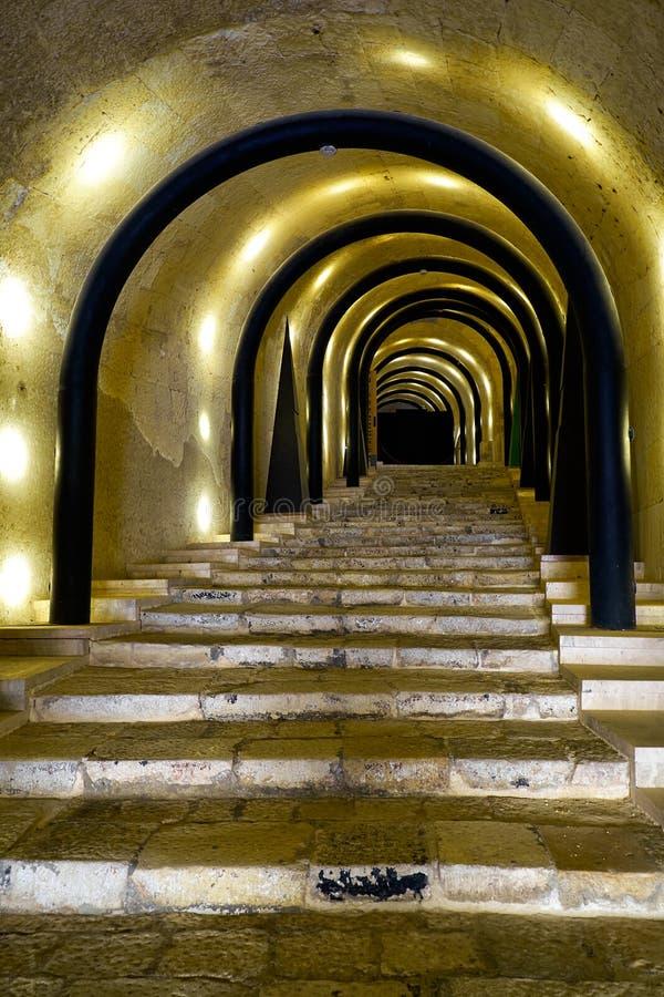 对圣詹姆斯骑士中心f的一个被阐明的隧道入口 库存图片