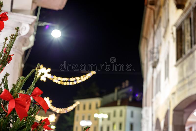 对圣诞节装饰的植物的美丽的景色在意大利村庄在晚上 免版税库存照片