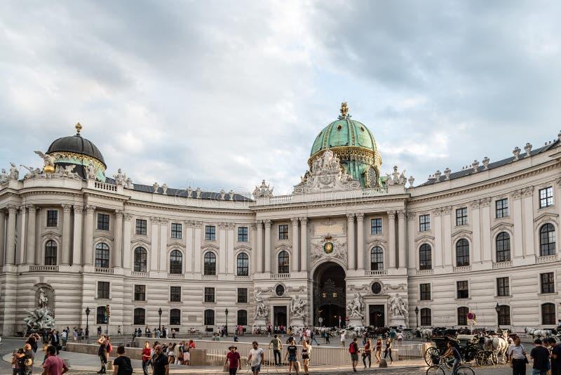 对圣迈克尔广场的门面在霍夫堡宫 免版税库存图片