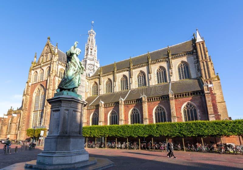 对圣Bavo,哈莱姆,荷兰的劳伦斯Janszoon高斯特和大教堂的纪念碑在集市广场的 免版税库存图片