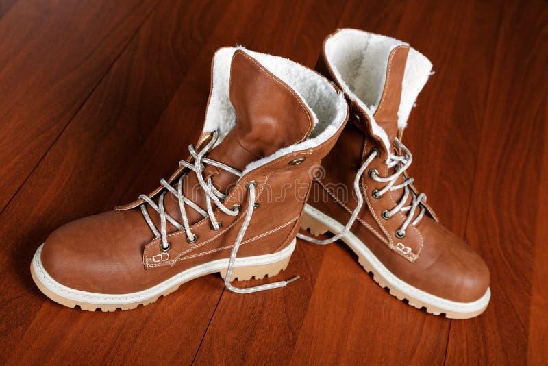 对在地板上的新的鞋子 免版税库存照片