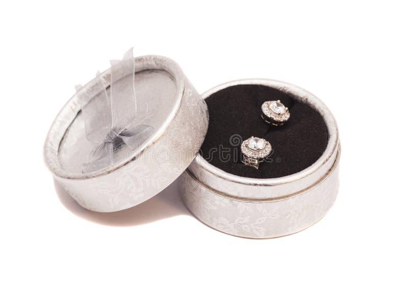 对在银色箱子的金刚石水晶耳环 免版税图库摄影