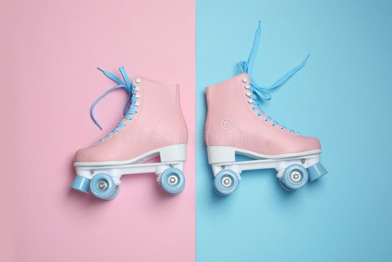 对在颜色背景的时髦的方形字体溜冰鞋 图库摄影