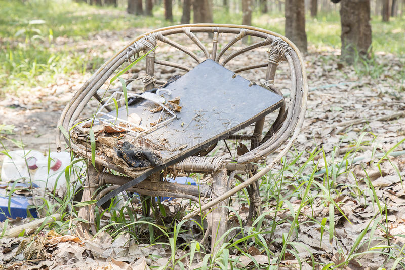 对垃圾的老藤条织法椅子事假 库存图片