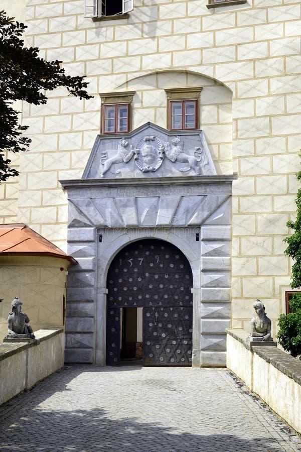 对城堡庭院Namest的入口门在奥斯拉瓦河 库存照片