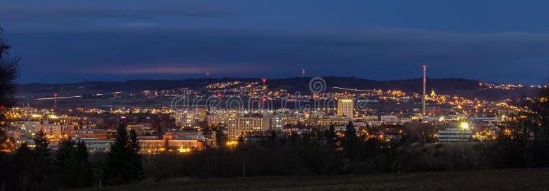 对城市捷克布杰约维采的Panoramatic视图在晚上 免版税库存图片