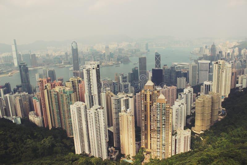 对城市的看法从小山的顶端 免版税图库摄影