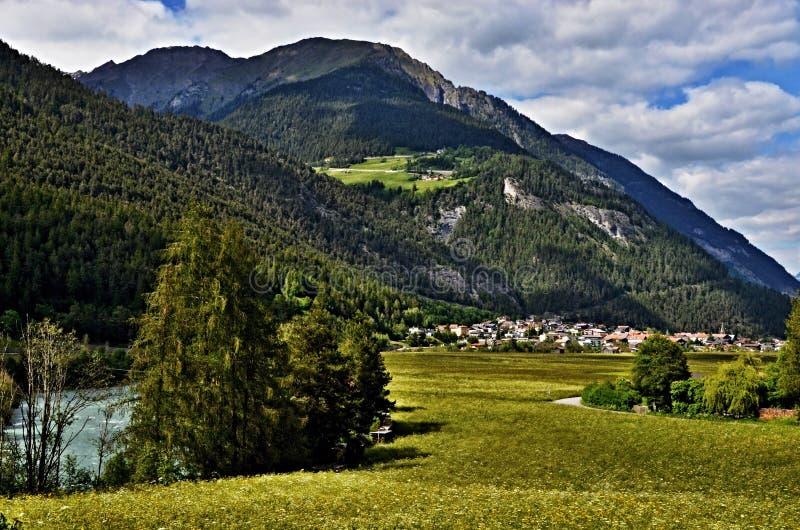 对城市Pfunds和河旅馆的奥地利阿尔卑斯看法 免版税库存图片