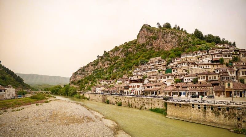 对培拉特老镇和Kisha e沈Mehillit圣迈克尔教会,培拉特,阿尔巴尼亚的亦称全景 免版税库存图片