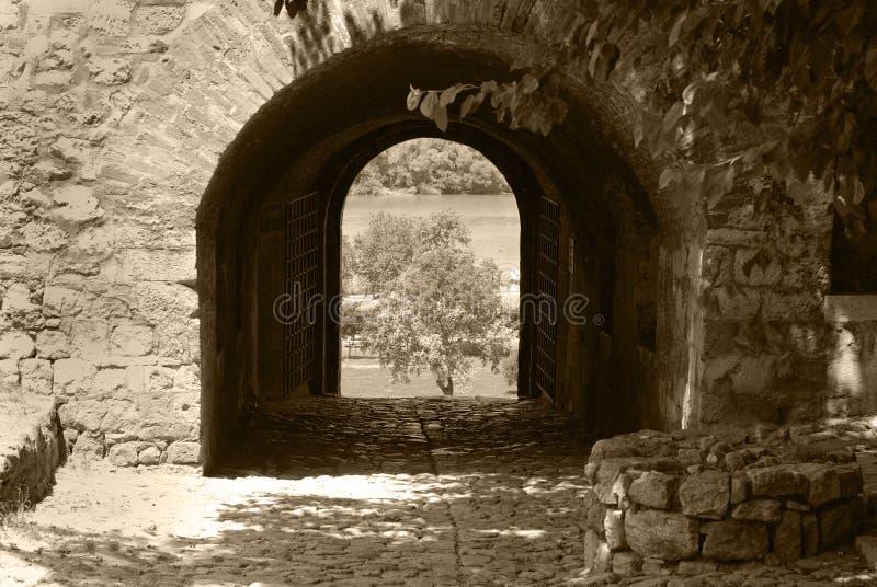 对堡垒的入口 在设防墙壁的曲拱 图库摄影