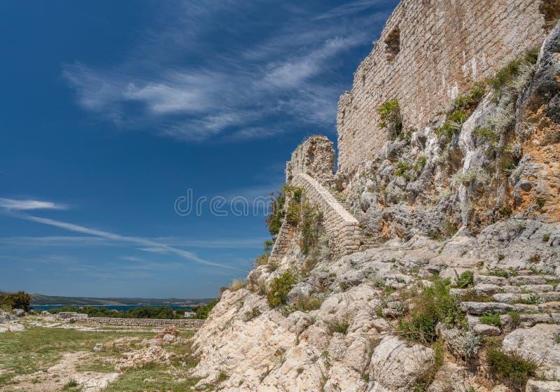 对堡垒的步在诺维格勒上克罗地亚镇在伊斯特拉县 免版税图库摄影