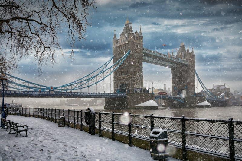 对塔桥梁的看法在伦敦在冬时 免版税库存图片