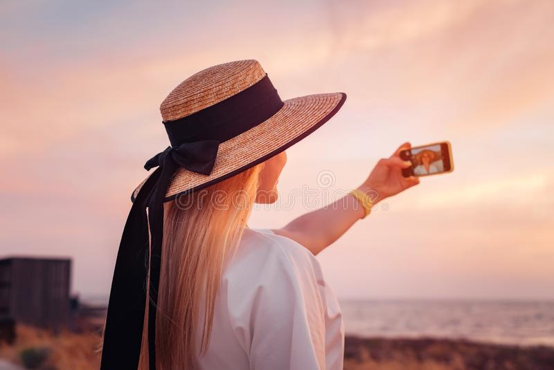对塞浦路斯和享受海日落的妇女旅行 库存照片