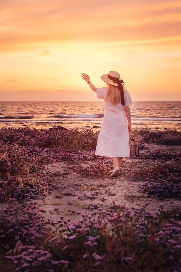 对塞浦路斯和享受海日落的妇女旅行 免版税库存图片