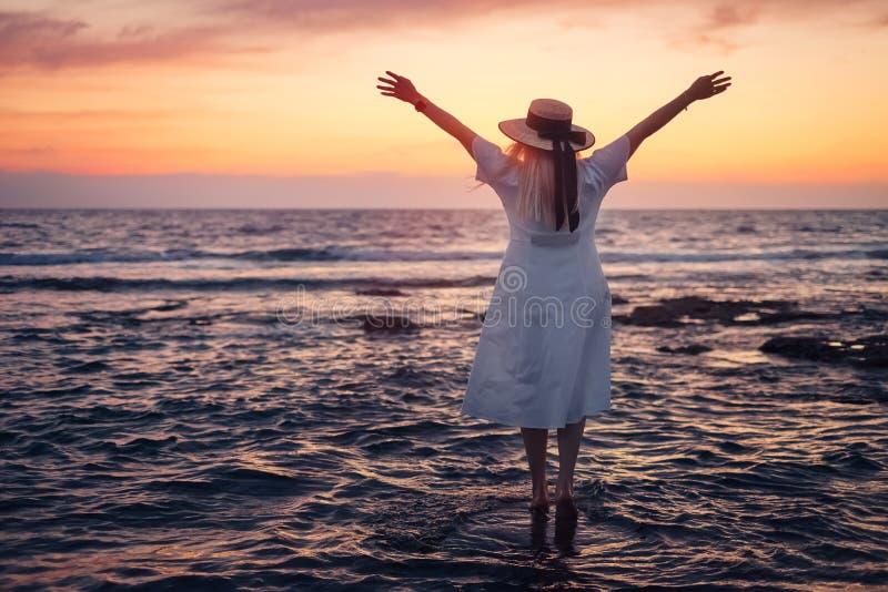 对塞浦路斯和享受海日落的妇女旅行 免版税图库摄影