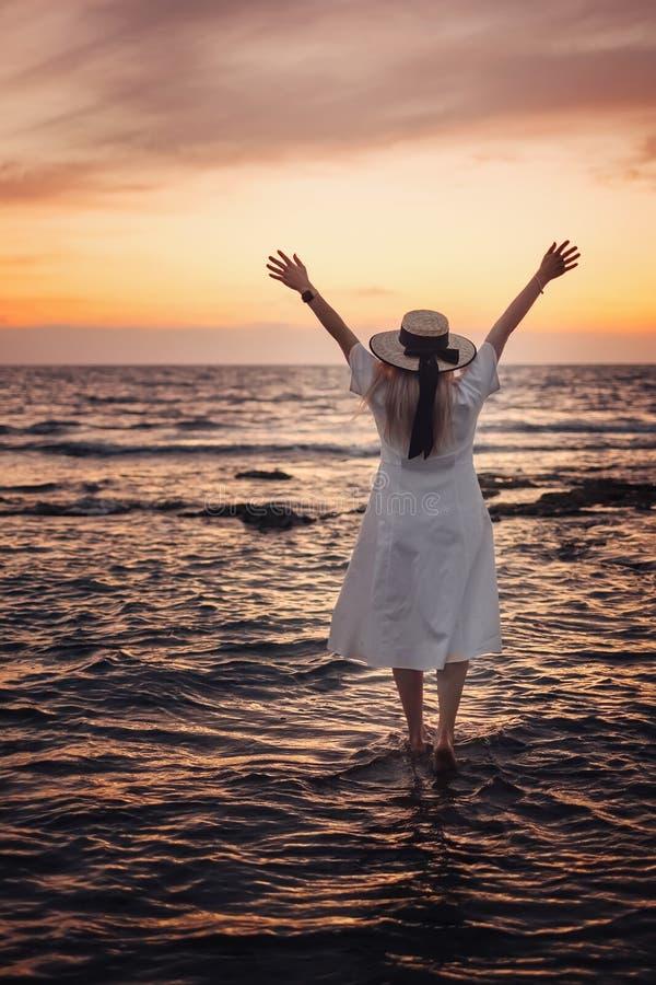 对塞浦路斯和享受海日落的妇女旅行 免版税库存照片
