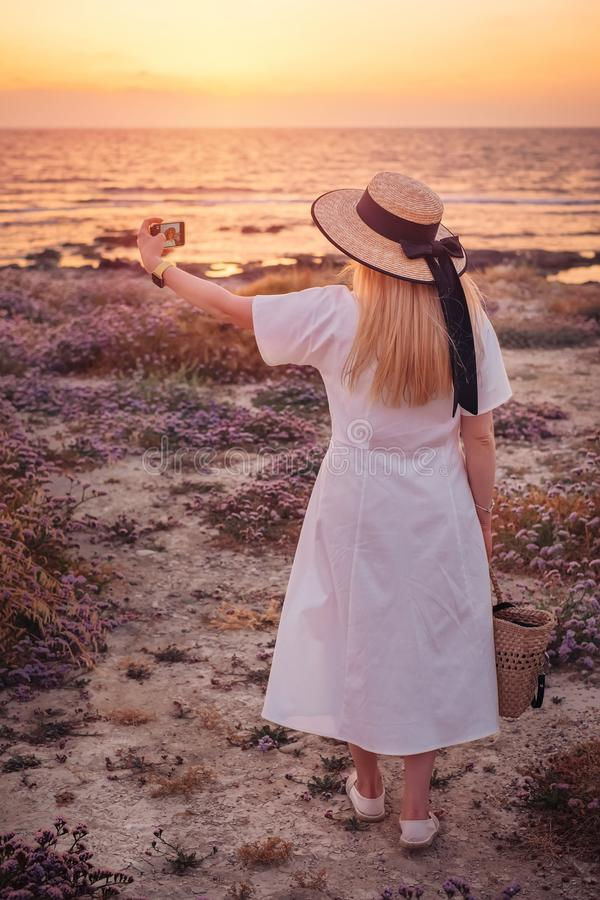 对塞浦路斯和享受海日落的妇女旅行 图库摄影