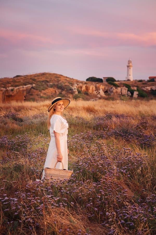 对塞浦路斯和享受自然的妇女旅行在灯塔附近 库存照片