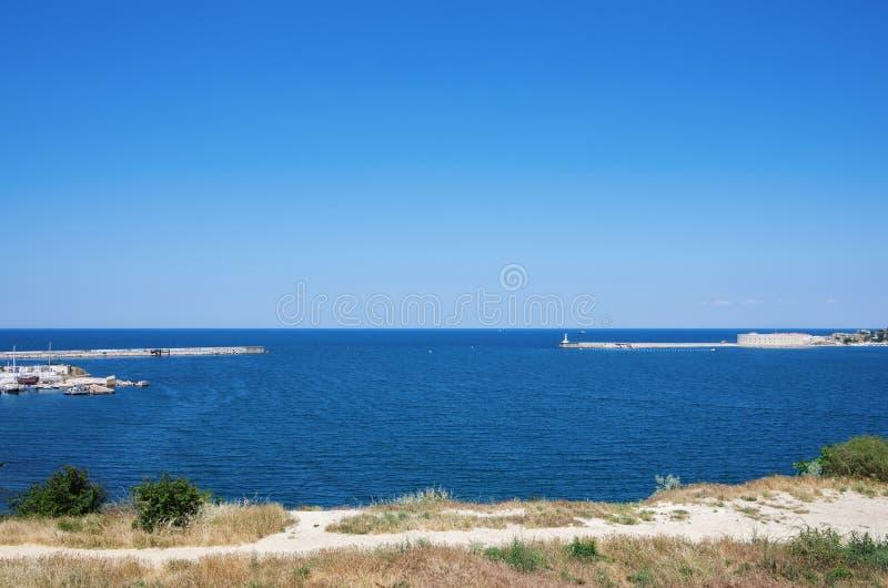 对塞瓦斯托波尔海湾的入口 灯塔和Konstantinovskaya电池 免版税库存照片