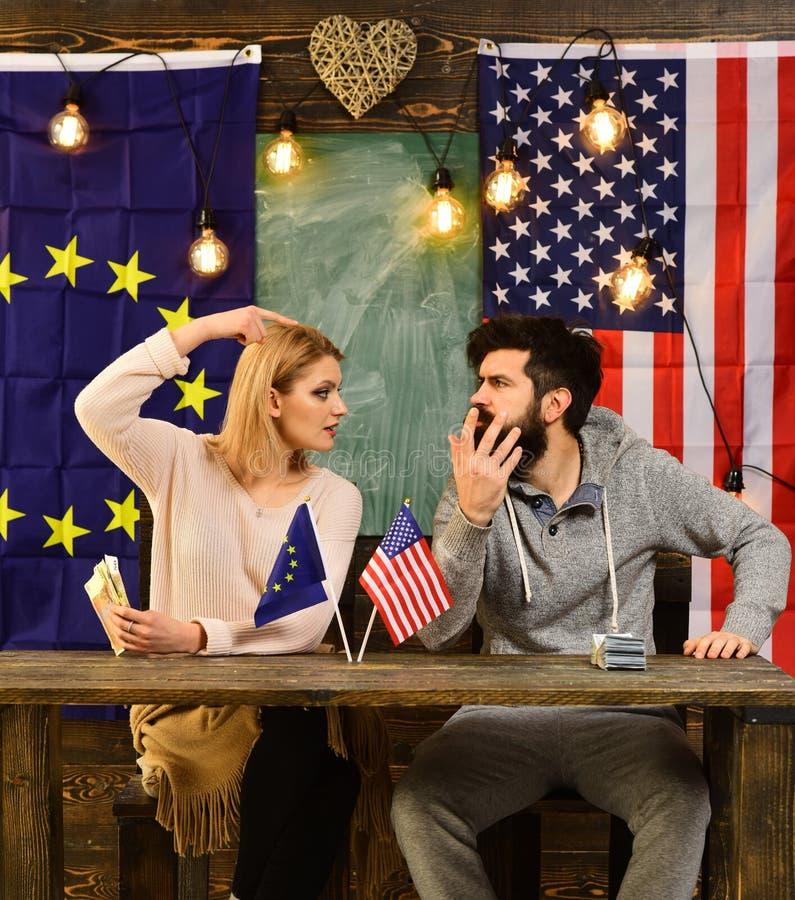 对外政策冲突 有胡子的男人和妇女政客在会议 在美国和欧盟之间的合作 图库摄影