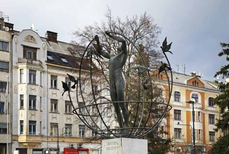 对多文化人的纪念碑在萨拉热窝 达成协议波斯尼亚夹子色的greyed黑塞哥维那包括专业的区区映射路径替补被遮蔽的状态周围的领土对都市植被 图库摄影