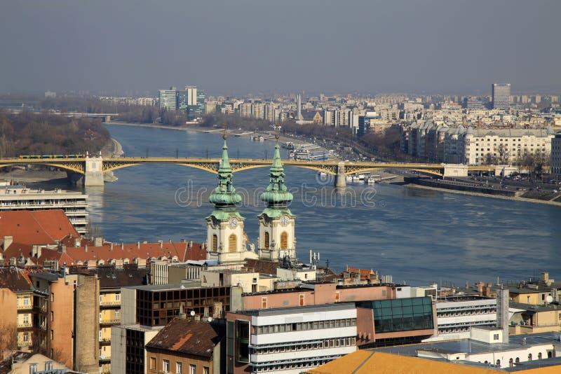 对多瑙河和马尔吉特的看法掩藏了,布达佩斯,匈牙利 免版税库存图片
