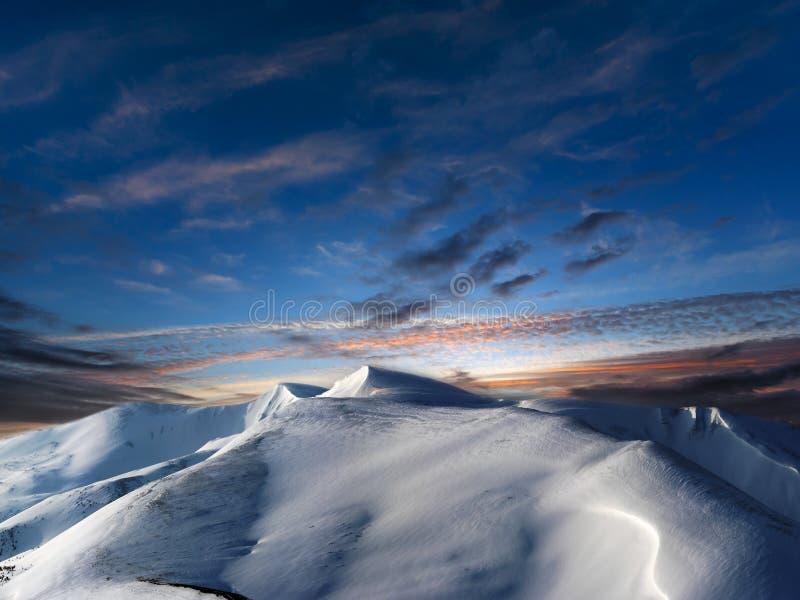 对夜柔和的淡色彩转折的天在冬天山 库存图片