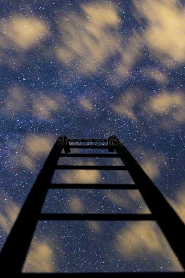 对夜满天星斗的天空的黑暗的台阶与云彩 库存图片
