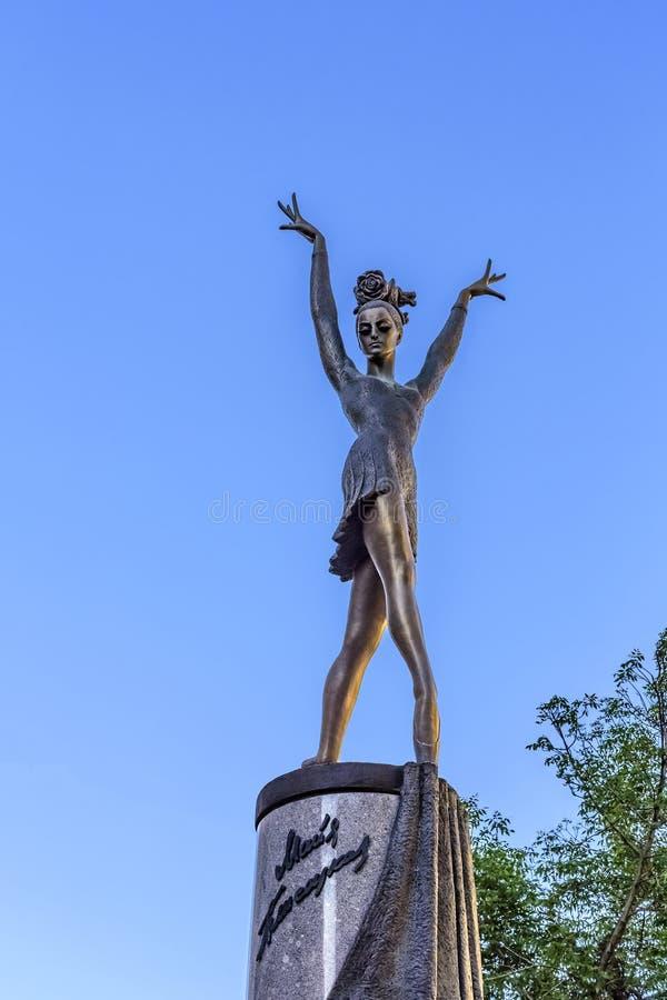 对大俄罗斯芭蕾舞女演员玛雅人Plisetskaya的纪念碑在Bolshaya Dmitrovka街上的公园 图库摄影