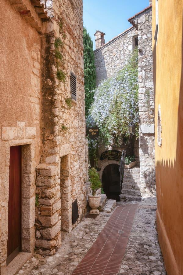 对大别墅Eza餐馆的入口一条狭窄的街道的在埃兹美丽如画的中世纪村庄的老中心  库存照片