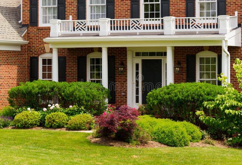 对大单户住宅的入口 免版税库存图片