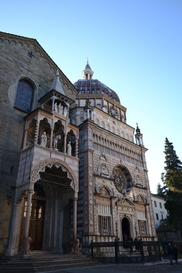对大教堂圣马里亚马焦雷的美丽的景色在贝加莫 库存图片