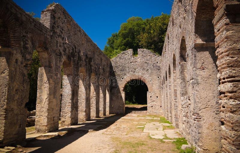 对大教堂的废墟的全景在布特林特古镇,萨兰达,阿尔巴尼亚 免版税库存图片