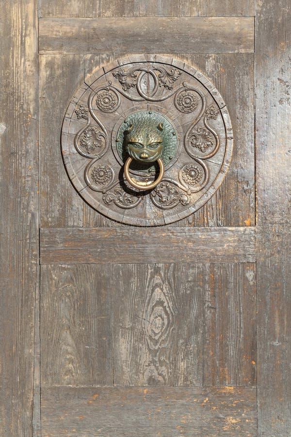 对大教堂的木门在奥格斯堡 图库摄影