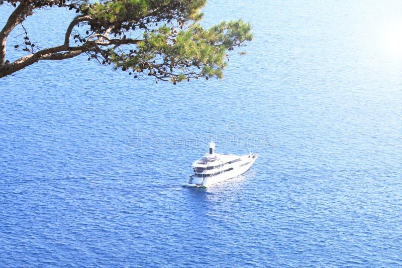 对大豪华游艇的鸟瞰图反对蓝色海 库存图片