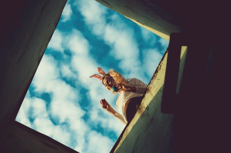 对天空蔚蓝和愉快的复活节女孩的梯子用鸡蛋 免版税库存照片